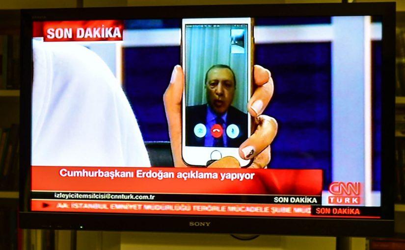 Les Chiens de garde #10 – Le rôle des médias sociaux dans les coups d'état, des noeuds espions sur Tor et AirBNBreach